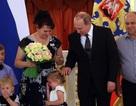 Tổng thống Putin bất lực trước bé gái khóc nhè