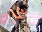 Khoảnh khắc cảnh sát Thổ Nhĩ Kỳ bảo vệ lính đảo chính gây xúc động