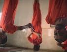 """Rùng mình cảnh IS treo ngược gián điệp để """"xẻ thịt"""" mừng thánh lễ"""