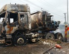 Xe container và xe bồn cháy rụi sau cú va chạm