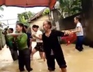 """Xúc động xem """"đám cưới lụt"""" đầy lạc quan của người dân vùng lũ"""