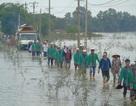 Quặn lòng hình ảnh dòng người lội nước tiễn đưa nữ sinh lớp 12