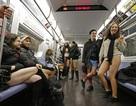 """Diện quần lót đi tàu điện ngầm để hướng ứng """"Ngày thế giới không mặc quần dài"""""""