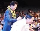 Khán giả lớn tuổi phấn khích yêu cầu Chế Linh ký vào áo