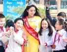 Hoa hậu Kỳ Duyên được chào đón nồng nhiệt khi về thăm trường cũ