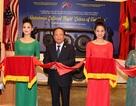 Tà áo dài Việt Nam khoe sắc tại kinh đô thời trang thế giới