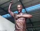 """Tượng của huyền thoại bóng đá trông như thể đang nhảy… """"Gangnam Style"""""""
