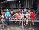 Cảm động hình ảnh con gái Angelina Jolie chơi đùa trong khu ổ chuột ở Campuchia