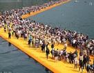 Hàng ngàn du khách chen chân đi bộ… trên mặt nước