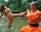 Hình ảnh võ sư Thiếu Lâm dạy võ cho các cô gái mặc… bikini gây sững sờ