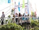 Người dân xã Tân Lộc phấn khởi đi trên chiếc cầu mới