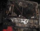 Hai ô tô khách cùng cháy rụi trong đêm