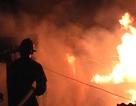 Cận cảnh cháy xưởng gỗ trong đêm