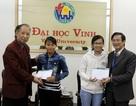 Tổng biên tập Phạm Huy Hoàn trao quà đến 2 sinh viên nghèo xứ Nghệ