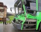 Xe buýt đâm đuôi xe tải, tài xế nhập viện