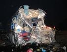Hình ảnh xe khách nát bét, container lật nghiêng sau khi tông nhau