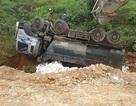 Xe chở đá rơi xuống vực, tài xế may mắn thoát chết