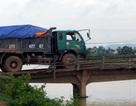 Cả trăm xe tải vô tư chạy trên cầu xập xệ