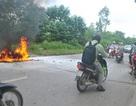Hà Nội: Cô gái bất lực nhìn xe máy của mình bốc cháy dữ dội