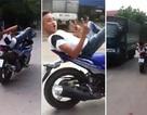 Nam thanh niên nằm ngửa, lái xe máy bằng... chân
