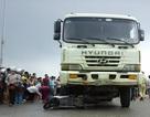 """Hà Nội: Xe tải """"nuốt"""" xe máy vào gầm, 2 người thương vong"""