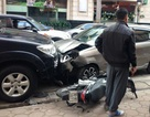"""Hà Nội: Ô tô lấn làn """"hạ gục"""" xe máy, 2 người trọng thương"""