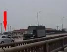 """Hà Nội: Taxi lao ngược chiều """"như bay"""" ở đường vành đai 3 trên cao"""