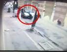 Hà Nội: Ô tô 16 chỗ hất thanh tra giao thông lên nắp capo