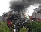 Hà Nội: Quán karaoke bốc cháy dữ dội, khói đen kịt một vùng