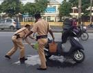 CSGT Hà Nội kịp thời cứu chiếc xe máy bốc cháy cho người đi đường