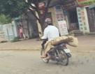 """Người đàn ông chở thi thể bằng xe máy: """"Tôi nhờ người mua hộ cái chiếu..."""""""