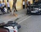 """Xe Mercedes húc bay 2 xe máy rồi """"phanh"""" bằng gốc cây"""
