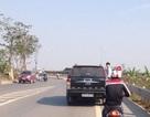 Nam thanh niên đu bên hông ô tô trên suốt quãng đường 10km