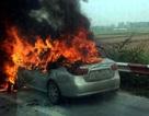 Hà Nội: Ô tô bốc cháy dữ dội trên cao tốc, nhiều người thoát chết