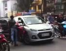 """Hà Nội: Va chạm hy hữu, xe máy """"kẹt dính"""" vào ô tô"""