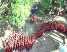 """Hàng nghìn học sinh """"nhuộm đỏ"""" sân trường, xếp hình bản đồ Tổ quốc"""