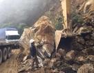 """Hàng trăm khối đá đổ sập, quốc lộ """"tê liệt"""" suốt nhiều giờ"""