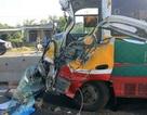 Xe buýt va xe tải, hàng chục hành khách hoảng loạn