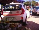 Taxi leo lên lề đường, đâm chủ quầy trái cây trọng thương