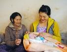 Sản phụ đẻ rơi trong nhà vệ sinh chợ huyện