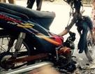 Bị CSGT yêu cầu dừng xe, 2 thanh niên đốt cháy xe máy rồi bỏ trốn