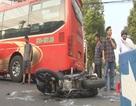 Xe máy kẹp ba tông thẳng vào xe khách, ba thanh niên nhập viện