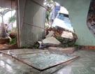 Xe container nổ lốp, tông sập tường nhà dân