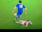 Diego Costa bị nghi ăn vạ khiến Mertesacker lĩnh thẻ đỏ