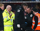 Trọng tài ngất xỉu, trận đấu Premier League bị gián đoạn