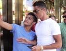 Bị làm phiền, C.Ronaldo xô đẩy CĐV cuồng nhiệt