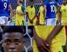 Nữ cầu thủ gây ngạc nhiên với hành động lấy tay che chỗ kín