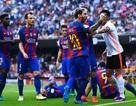 Neymar bị ném chai nước vào đầu, Messi nổi điên với CĐV Valencia