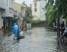 Thuyền lướt... trên phố sau cơn mưa lớn