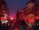 Tiệm phụ tùng xe máy cháy dữ dội trong mưa